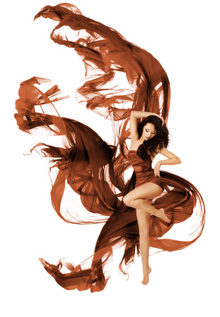 mosca: Mujer Bailando Tela Flying Tela, Moda Bailar�n con Agitando vestido de tela en el fondo blanco Foto de archivo