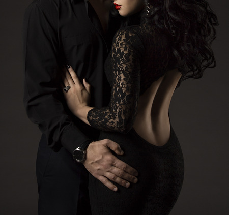 nackte schwarze frau: Paar in Schwarz, Frau und Mann keine Gesichter, reizvolle Dame-Spitze-Kleid mit nackten Rücken Lizenzfreie Bilder