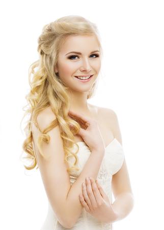 cabello rubio: Mujer del maquillaje de la cara, largo y rizado pelo rubio, Marca Modelo joven para arriba en blanco