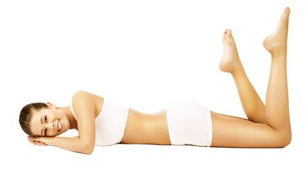 女性の体の美しさのモデルの白下着の横になっています。