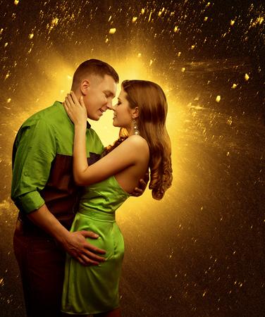 besos apasionados: Pares en el amor, amante del abrazo del hombre mujer, dos amantes se besan