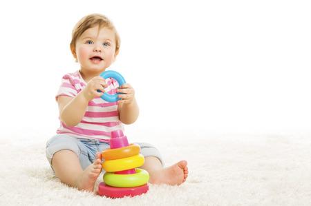 niños sonriendo: Niño que juega los juguetes bloques, Sentado familia del juego del juguete en blanco