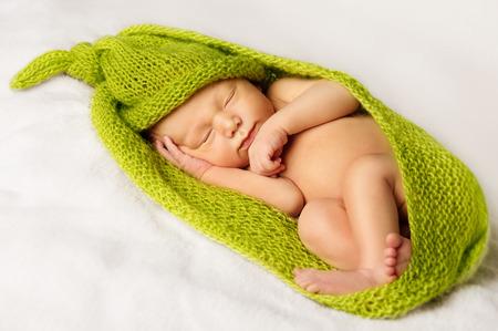 bebes recien nacidos: Recién nacida del sueño, el dormir recién nacido niño envuelto en una tela verde