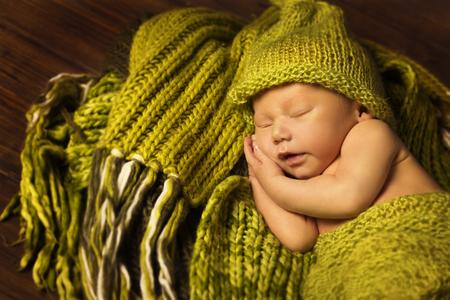 persona feliz: El dormir recién nacido del bebé, recién nacida del sueño del niño en la manta de lana verde Foto de archivo