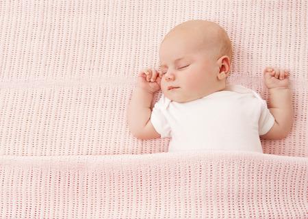 Nouveau-né Bébé Dormir, New Born Kid Fille Dormir sur fond rose