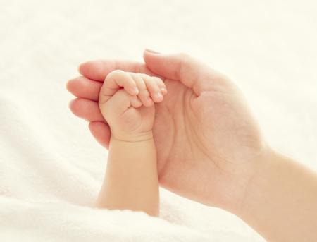 Bébé à la main et Mère Mains, femme, tenue, nouveau-né, New Born Kid Aide Banque d'images