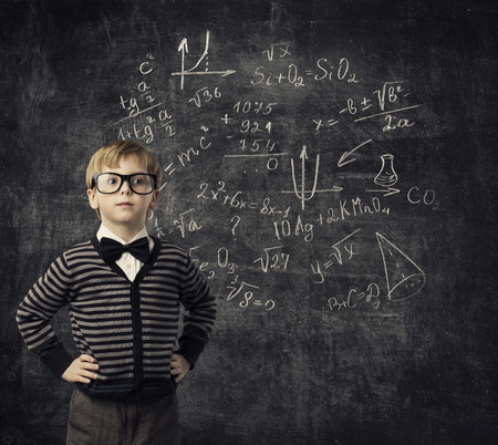 istruzione: Bambino che impara la matematica, di formazione dei bambini, studenti Kid imparare la matematica