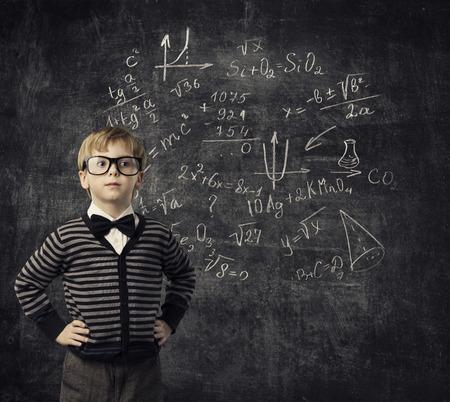 educaci�n: Ni�o que aprende Matem�ticas, Educaci�n infantil, chico estudiante a aprender matem�ticas Foto de archivo
