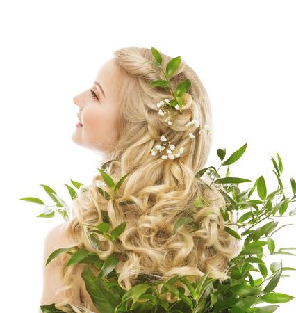 Hair Care, Vrouw lang haar en Organische Bladeren, Model Achter uitzicht op witte achtergrond Stockfoto