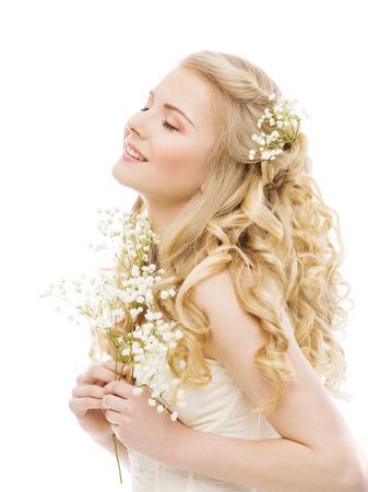 cabello rubio: Cabello largo rubio, Modelo de modas de belleza, muchacha feliz en blanco