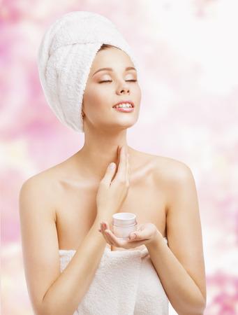 collo: Cura Della Pelle, donna applicare la crema in bagno asciugamano dopo Spa, Cosmetic Trattamento Idratante Lozione