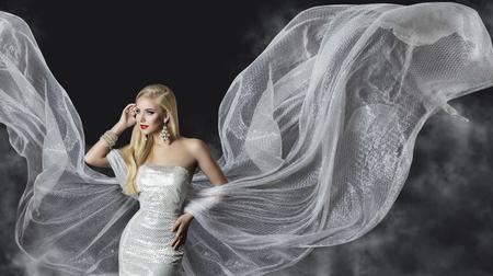tela blanca: Vestido de la manera Modelo, mujer paño que fluye alas, chica hermosa con volar de plata Tela
