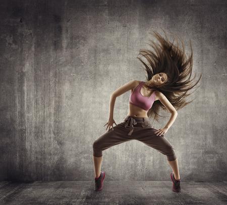 피트 니스 스포츠 댄스, 여자 댄서 콘크리트 배경 위에 머리 춤을 비행