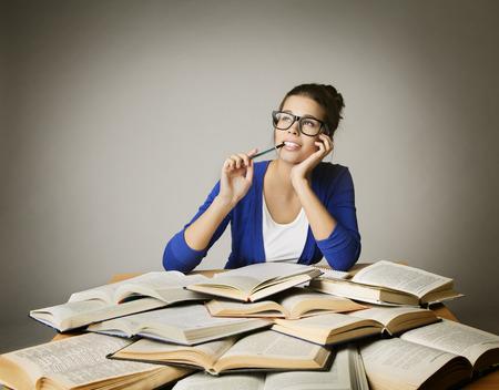 soñando: Estudiante de pensamiento Open Books, muchacha en los vidrios Examen de Aprendizaje, mujer mirando hacia arriba sobre Gray