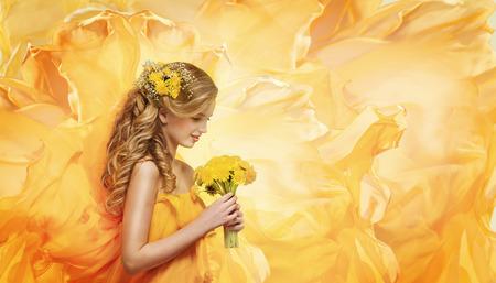 소녀 꽃 꽃다발, 젊은 패션 모델 아름다움 얼굴 냄새가 노란색 민들레 스톡 콘텐츠