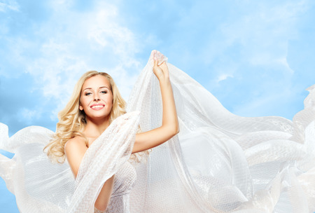 tela blanca: La mujer y la tela de seda del vuelo, Baile del modelo de manera muchacha con blanco se agita de paño Foto de archivo