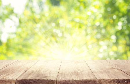 Lege houten tafel over groene onscherpe achtergrond Trees, Product Display Template