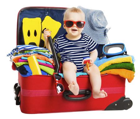 旅遊: 嬰兒旅行假期手提箱。孩子在收拾好行裝,家庭和兒童度假 版權商用圖片