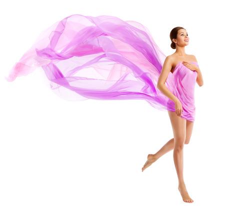 tela blanca: Mujer la belleza del cuerpo, Modelo de manera en que agita la tela de seda, paño de vuelo del viento sobre blanco Foto de archivo
