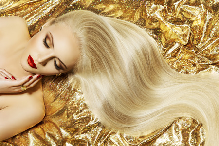 Fashion Model Gold Color Hair Style, Woman Long Waving Hairstyle Foto de archivo