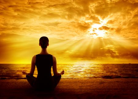 Jóga Meditující Sunrise, žena meditace všímavosti na pláži, pohled zezadu Reklamní fotografie
