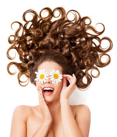 ojos marrones: Mujer rizos de cabello, Peinado de la muchacha, margarita blanca de los vidrios en los ojos
