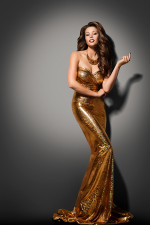 Fashion Model Girl Posing Glamour Gold Dress, Elegant Woman Golden Gown Banque d'images