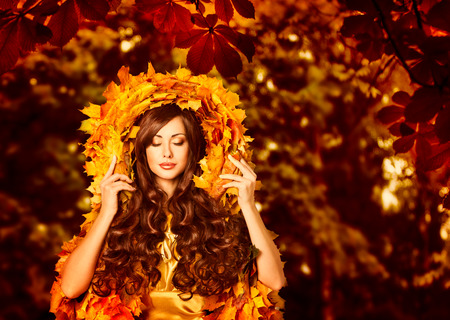 beauty eyes: Woman Autumn Outdoors Makeup Portrait, Fashion Beauty Face in Fall Leaves