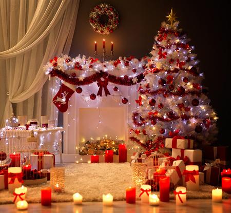 クリスマスのインテリア、クリスマス ツリーの暖炉の光、装飾家の部屋 写真素材