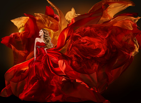 여자 패션 드레스 비행 빨간색 패브릭, 아름 다운 소녀 바람에 실크 옷을 흔들며 스톡 콘텐츠