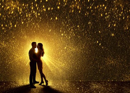 シルエット、若いカップルの恋愛、バレンタイン s デート キスの輪郭をカップルのキス
