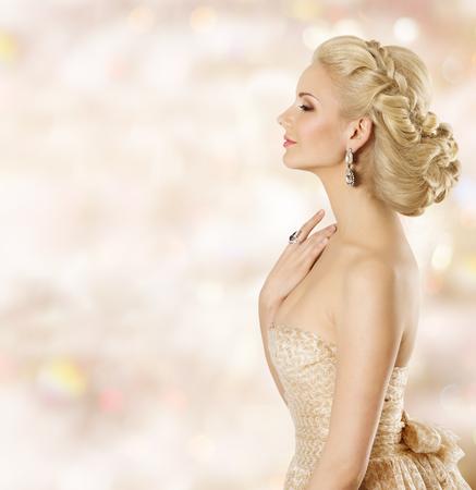 cabello rubio: Mujer Peinado, moda belleza del modelo de cara, chica con estilo de pelo rubio y joyería, con olor a perfume ojos cerrados Foto de archivo
