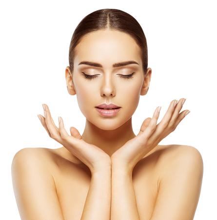 beaut?: Femme Visage Mains Beauté, Soins de la peau Maquillage Yeux fermés, Beau naturel Make Up, blanc isolé Banque d'images