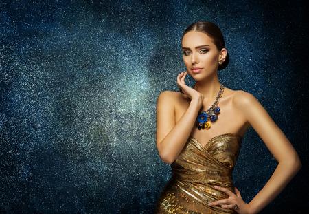 패션 모델 얼굴 초상화, 목걸이에 우아한 여자 보석, 젊은 슬림 레이디 파란색 배경 위에 포즈