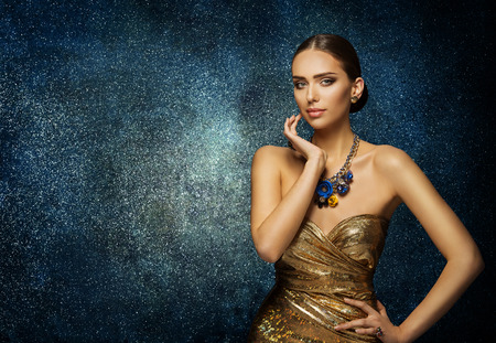Fashion Model Face Portrait, Elegant Woman in Necklace Jewelry, Young Slim Lady Posing over blue background Foto de archivo