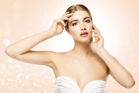 Vrouw aan het gezicht, schoonheid Model huidverzorging, mooi meisje natuurlijk make-up portret, camera kijken