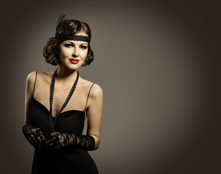 Retro mode schoonheid, mooie vrouw portret, Meisje Ouderwetse kapsel Make-up Dress, over grijze achtergrond