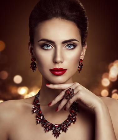 Moda Modelo de belleza de maquillaje y joyería, elegante Mujer Hermosa Cara Maquillaje con joyería Primer