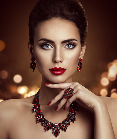 Modelo Maquiagem e Jóias, Mulher Elegante Face bonita Make Up com jóia do close up
