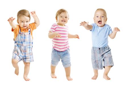 Baby Go, divertidos niños expresión, jugando bebés aislados sobre fondo blanco, los niños de un año de edad