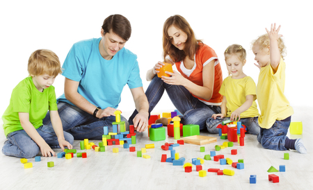 Familie en kinderen spelen bouwstenen, ouders met kinderen speelgoed, twee ouders drie kinderen op witte achtergrond