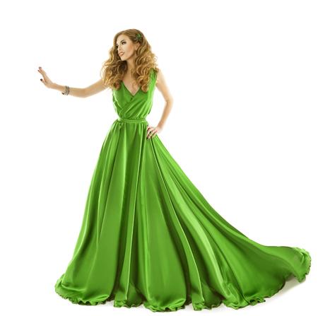 tela blanca: Mujer vestido verde, el modelo de moda en el vestido de seda largo toque a mano, aislado sobre fondo blanco