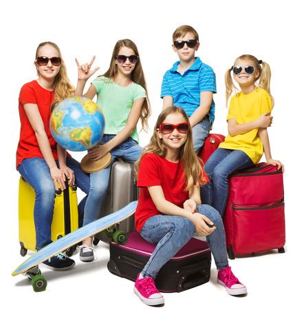 Viaje de verano para niños, viaje de campamento para jóvenes estudiantes, grupo en gafas de sol sobre blanco