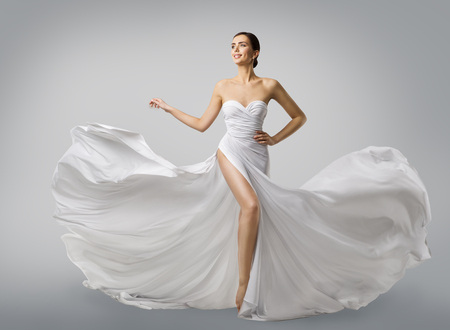 Vrouw witte jurk, Fashion Model bruid in lange zijden bruidsjurk, elegante vliegende stof, fladderende doek