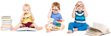 Livro de leitura do bebê, educação infantil infantil, grupo de crianças inteligentes em óculos, branco isolado