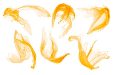 Paño de tela que fluye en el viento, volando Sándalo amarillo que sopla, aislado sobre fondo blanco Foto de archivo