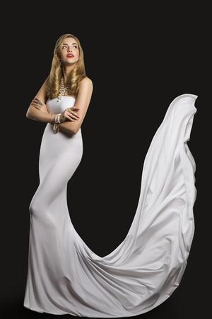 패션 모델 웨딩 신부 드레스, 흰 드레스, 검정 배경 위에 긴 비행 실크 트레인에서 여자 아름다움