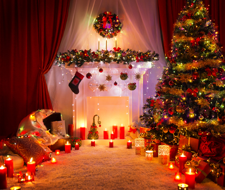 Christmas Room, Lighting Xmas Tree Camino decorazione in interni casa di Capodanno Archivio Fotografico - 88907161