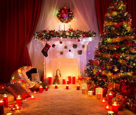 Kerst kamer, verlichting Xmas Tree open haard decoratie in Nieuwjaar huis interieur