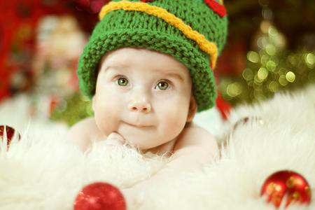 Newborn Baby Portrait, Happy New born Kid Boy in Christmas Green Hat Archivio Fotografico